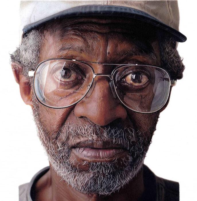 Artista Shaun Mckenzie pinta retratos realistas con lápices de colores; hombre viejo