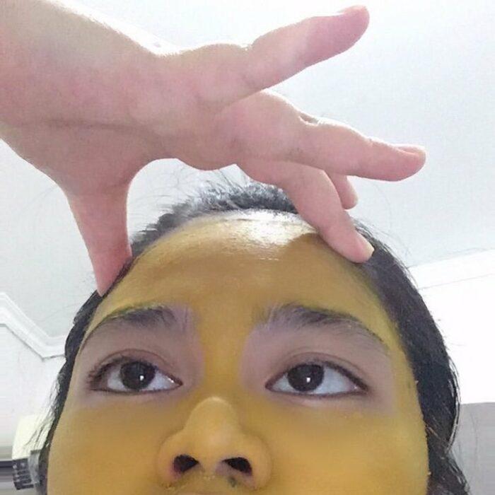 Chica tailandesa con mascarilla de cúrcuma