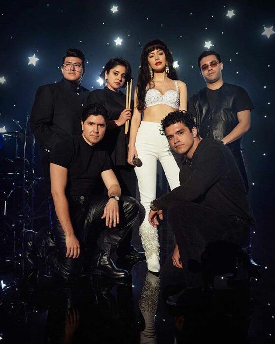 Imagen de publicidad de la serie 'Selena: la serie' en la que aparece Imagen de publicidad de la serie 'Selena: la serie' en la que aparece Selena Quintanilla y su grupo musical