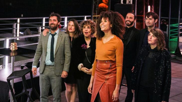 Escena de la serie Call my agent en la que aparecen los diferentes actores de la serie