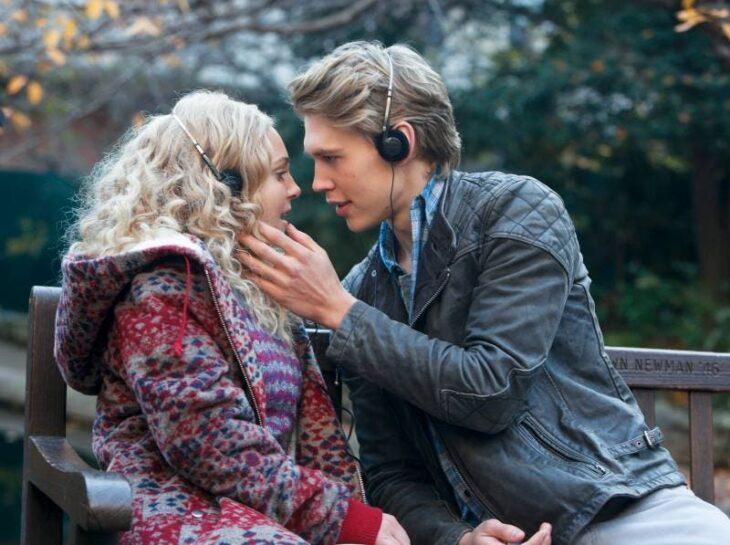 Escena de la serie El diario de Carrie con una pareja de novios besándose