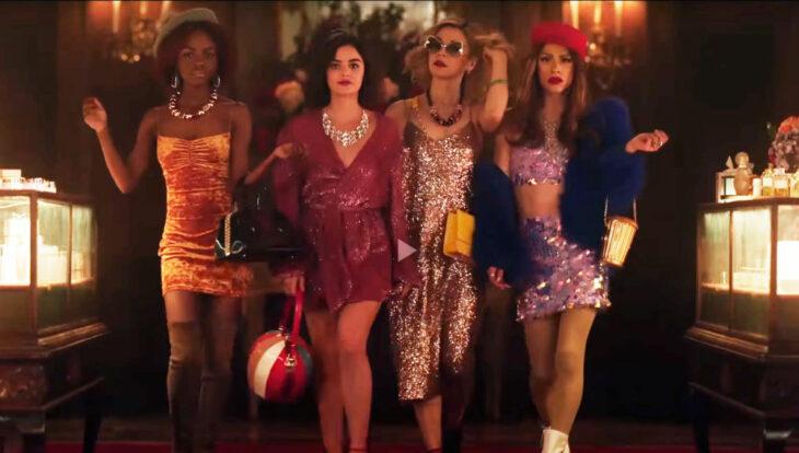 Escena de la serie Katy Keene con un grupo de chicas caminando juntas