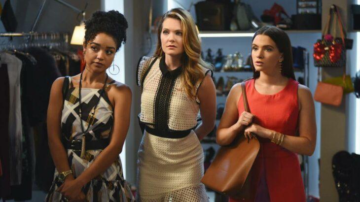 Escena de la serie The Bold Type con tres chicas reunidas