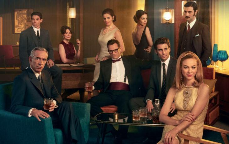 Escena de la serie Galerías Velvet con el elenco reunidos en un bar