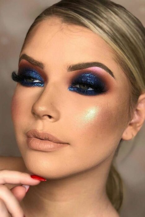 Girl with eyes made up in the Smoke Eyes style in blue with pink tones