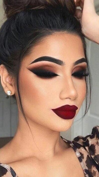 Girl with Smoke Eyes-style makeup with large eyeliner