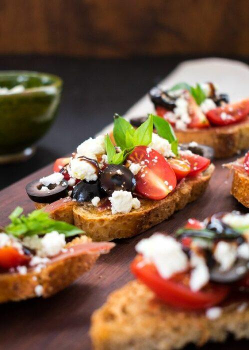 Montaditos de quesocabra y aceitunas; snacks con los que no romperás la dieta