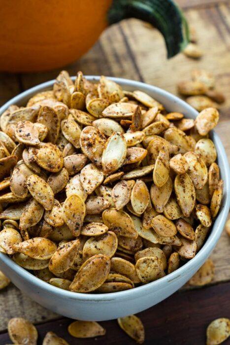 Semillas de calabaza tostadas con especias; snacks con los que no romperás la dieta