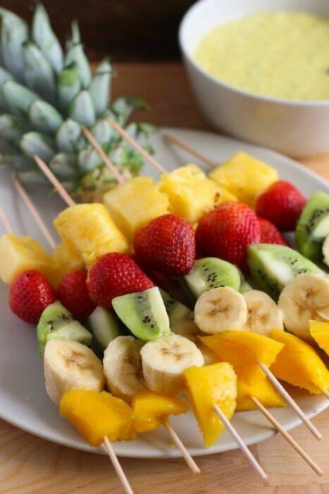 Banderillas de frutas para una colación; snacks con los que no romperás la dieta