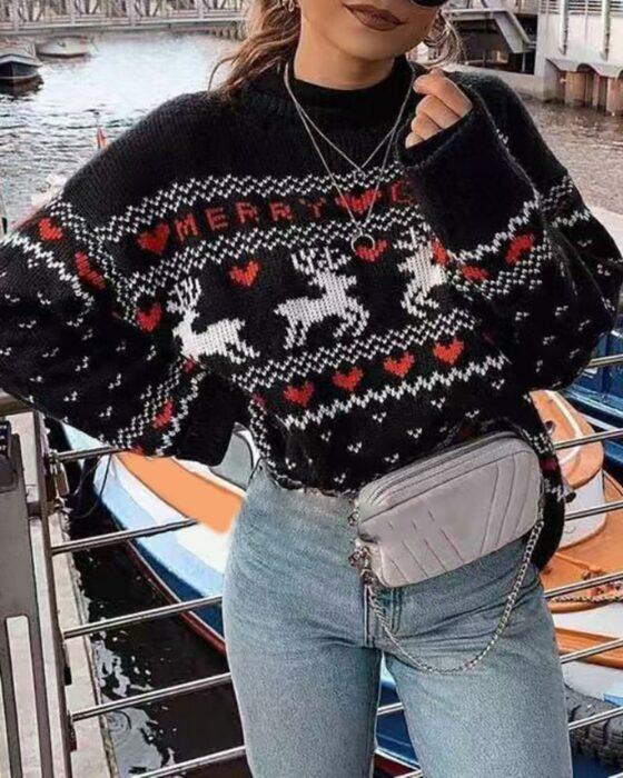 Chica con suéter navideño estilo vintage en color negro con renos rojos