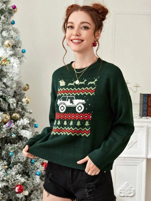 Chica con suéter navideño en color verde decorado con un tractor