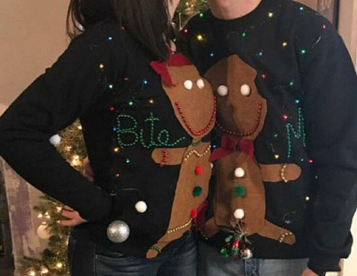 Pareja con suéter navideño decorado con galletas de jengibre