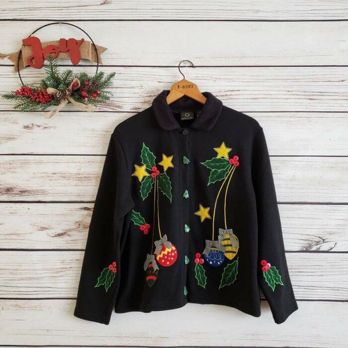 Blazer navideño en tono negro decorado con esferas de colores