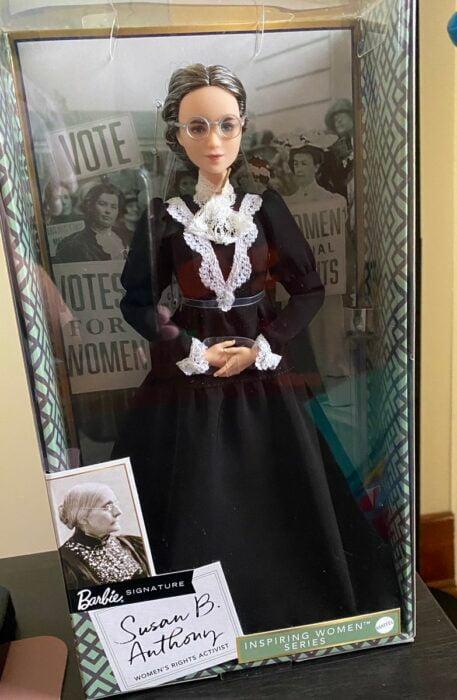 Muñeca Barbie inspirada en Susan B. Anthony en su caja