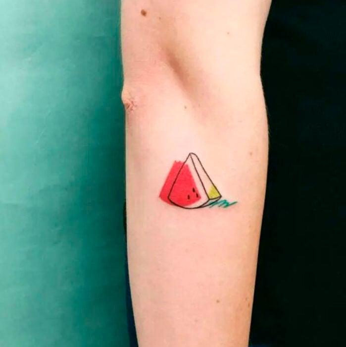 Tatuaje pequeño sobre el antebrazo de una rebanada de sandía