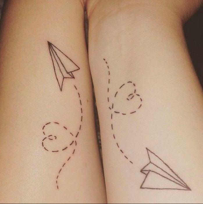 Tatuaje complementario de aviones de papel sobre el antebrazo