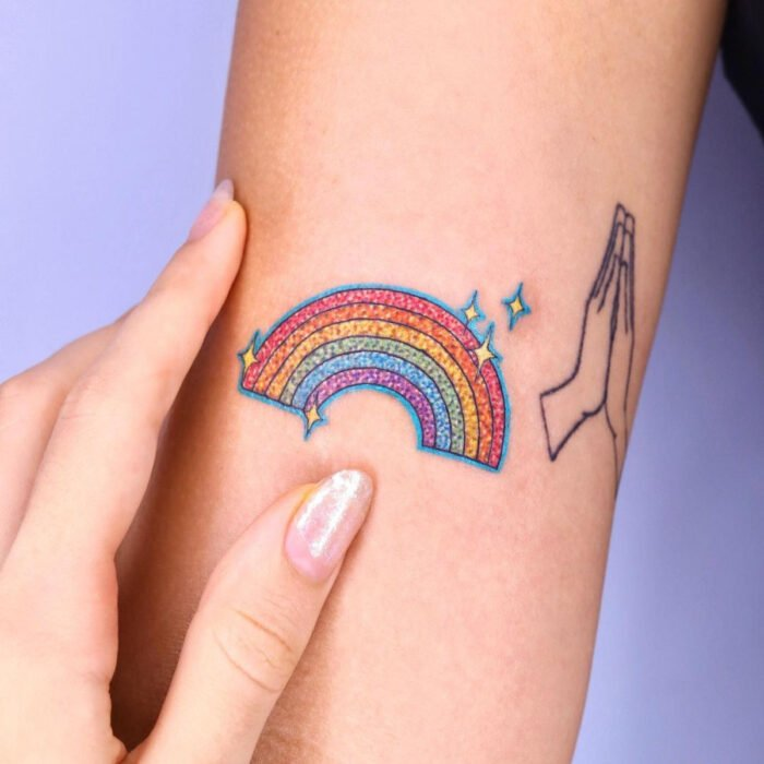 Diseños bonitos de tatuajes de arcoíris en el brazo