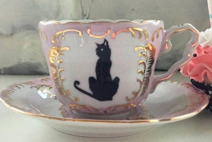 Taza para tomar el té, de color rosado con blanco, dorado y gato negro