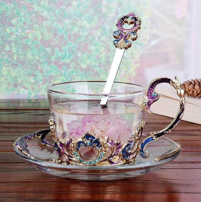 Taza para tomar el té, transparente con detalles rosados y lilas, tipo tornasol