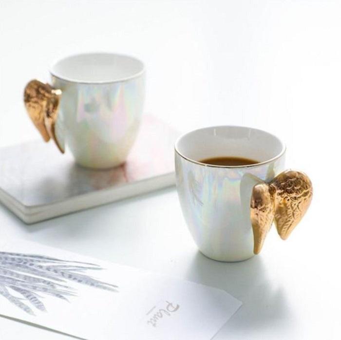 Taza para tomar el té, de color blanco tornasol con alas doradas