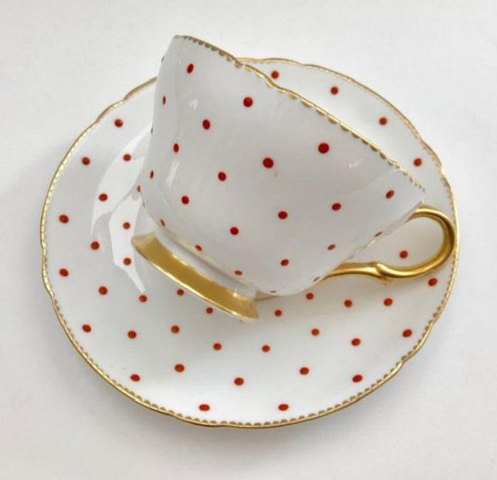 Taza para tomar el té, de color blanco con lunares rojos