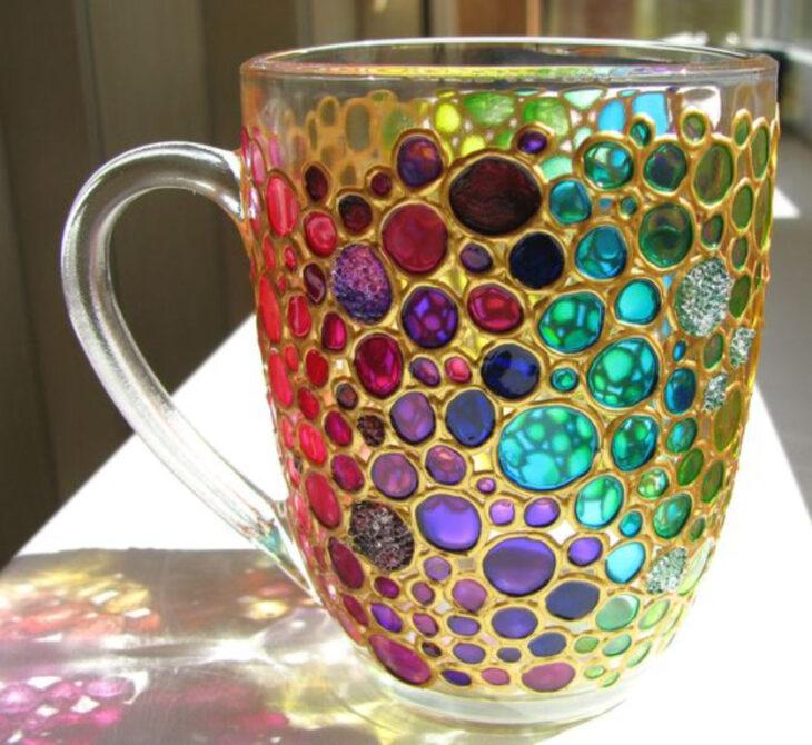 Taza para tomar el té, transparente con detalles de cristales en tonos arcoíris