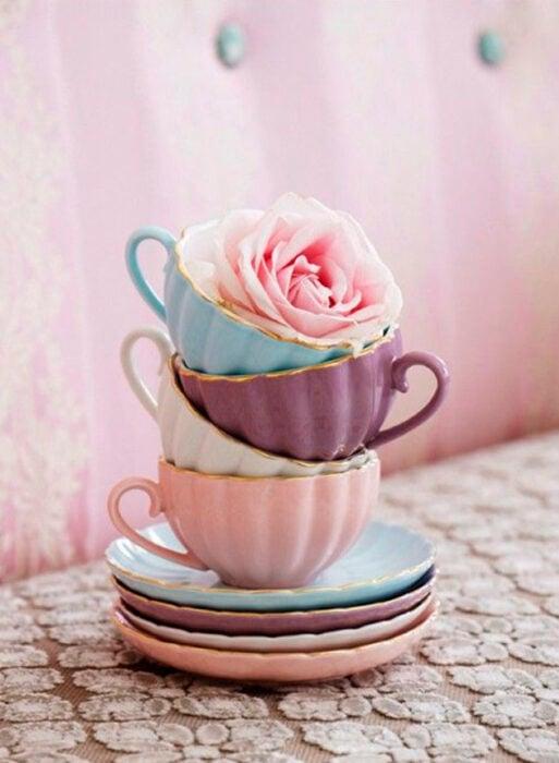 Taza para tomar el té, de colores pastel, como azul, morado y rosa