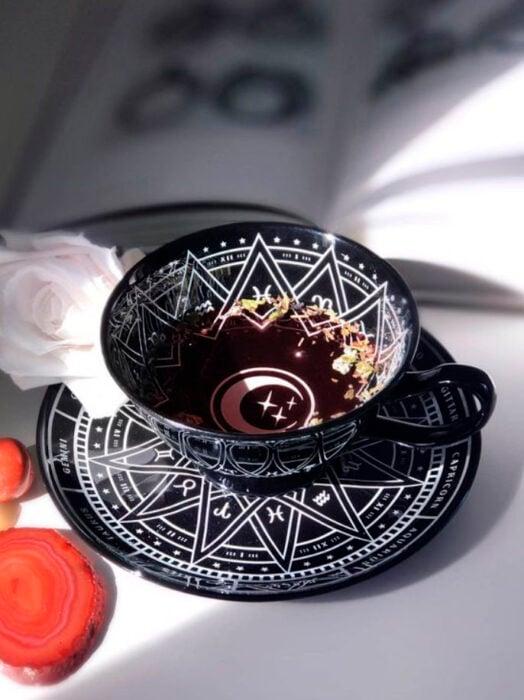 Taza para tomar el té, de color negro con detalles en líneas blancas