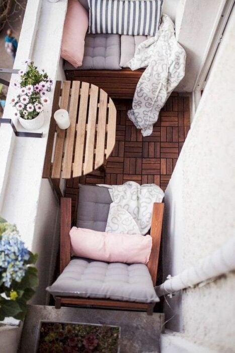 Decoración de terraza en colores rosas, y blancos, con detalles en madera