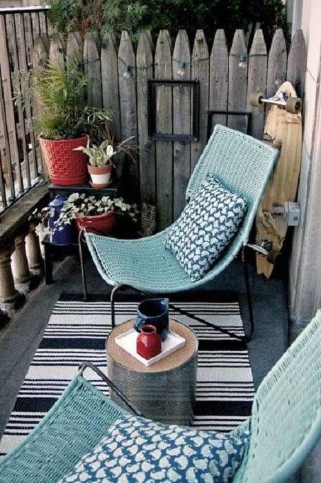 Decoración de terraza en colores negro, azul y gris