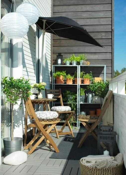 Decoración de terraza en detalles en madera, con colores azules y color ladrillo