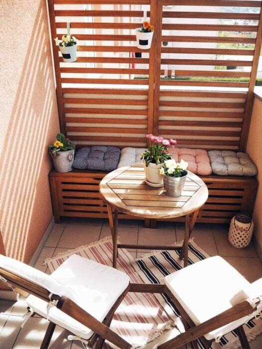 Decoración de terraza en colores rosas y azules con detalles en madera