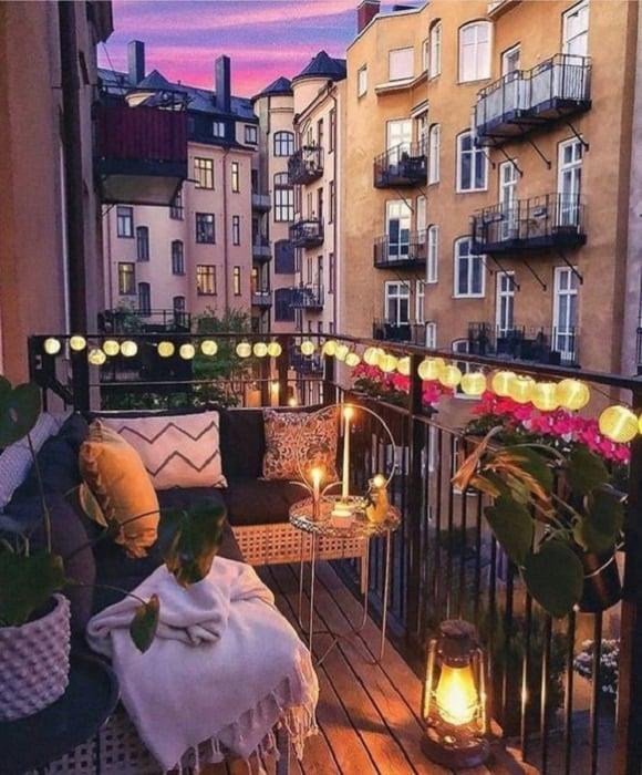 Decoración de terraza en colores claros con serie de luces