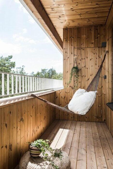 Decoración de terraza en colores blancos y detalles de madera