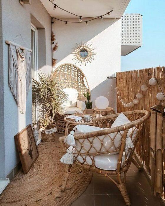 Decoración de terraza en colores blanco y camel con detalles en madera
