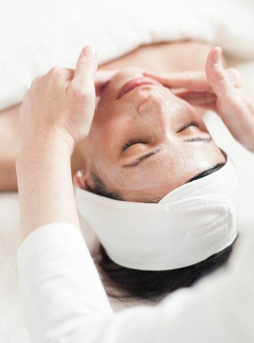 Chica recibiendo un masaje facial