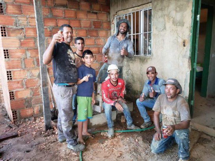 Grupo de vecinos reunidos para construir un hogar