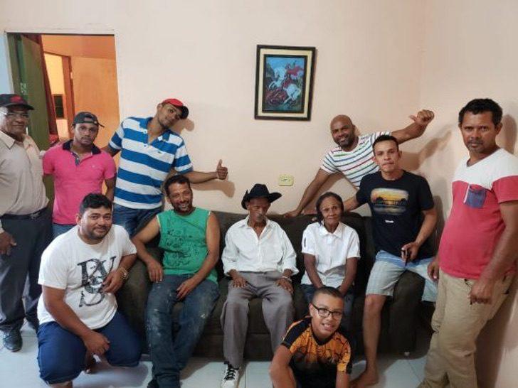 Grupo de personas reunidas en una sala común