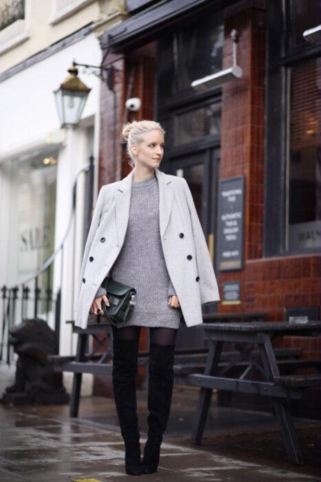 Chica usando un vestido largo tejido en color gris