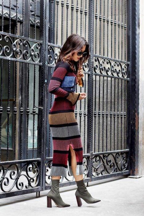 Chica usando un vestido largo tejido en diferentes colores