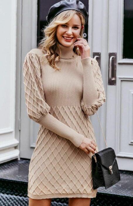 Chica usando un vestido largo tejido en color café