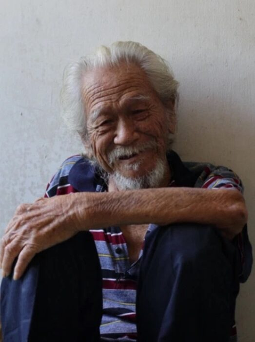 Ye Shuwan sentado sobre el piso y sonriendo