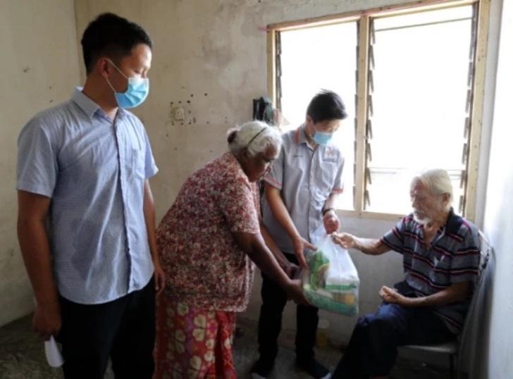 Personas entregando ayuda a Ye y a Dina
