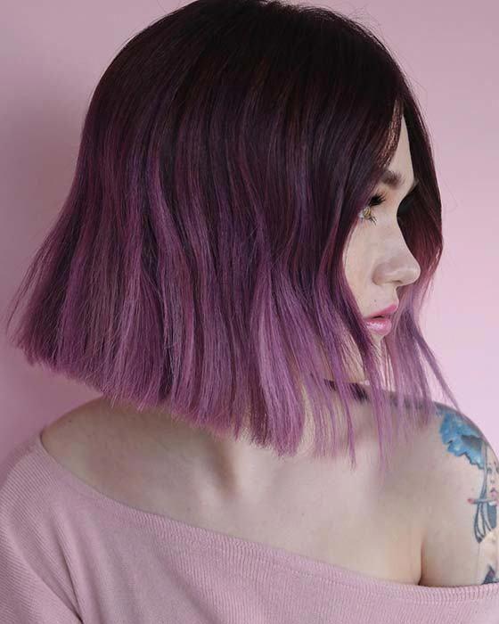 Chica con el cabello corto estilo bob con un teñido de color morado degradado