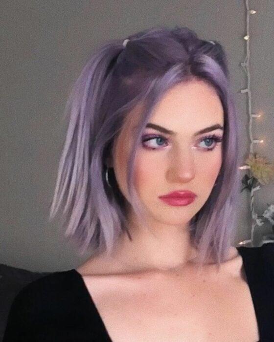 Chica con el cabello teñido de color purpura