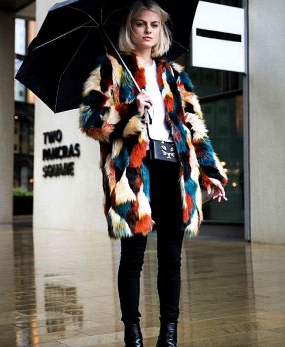 blonde girl wearing white t-shirt, umbrella, black skinny jeans, black leather ankle boots, black mini bag