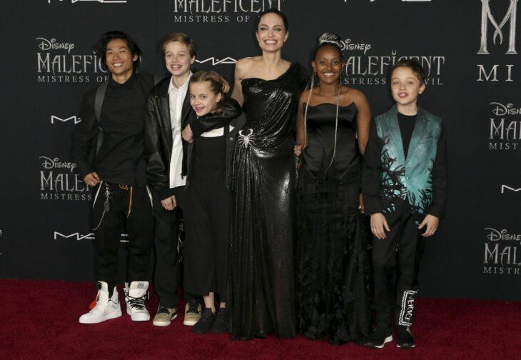 Angelina Jolie junto a sus hijos durante la alfombra roja de Malefica