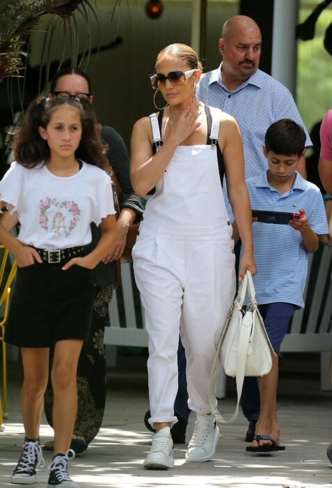 Jennifer Lopez caminando junto a su hija Emme Muniz