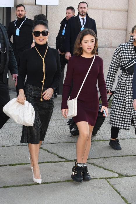 Salma Hayek caminando junto a su hija Paloma por las calles de francia