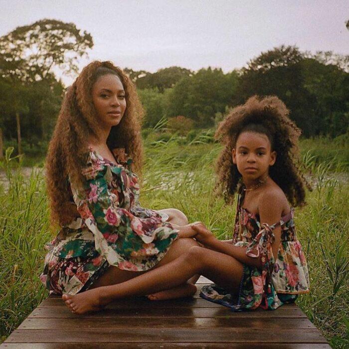 Beyoncé sentada junto a su hija Blue Ivy para una fotografía